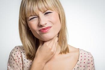 Traiter angines et maux de gorge avec les huiles essentielles