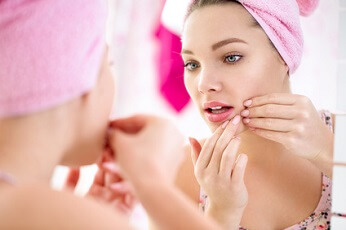 Dossier peau grasse. Huiles essentielles, huiles végétales, soins et recettes cosmétiques